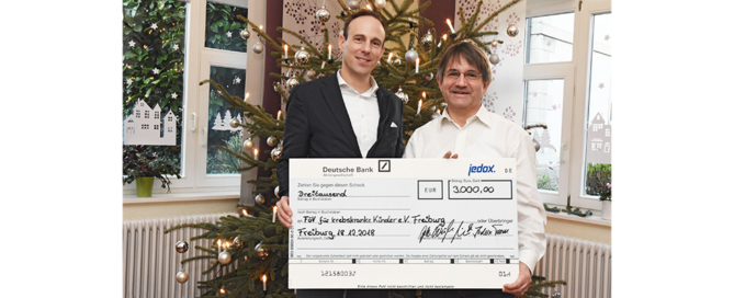 CEO Florian Winterstein handed over the check to Claus Geppert
